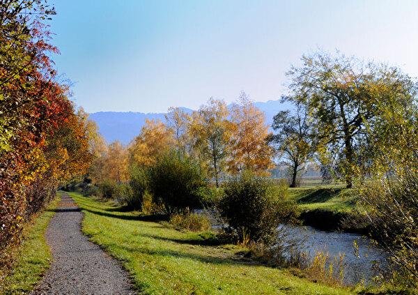 Auf dem Bild ist der Aabachweg ersichtlich.