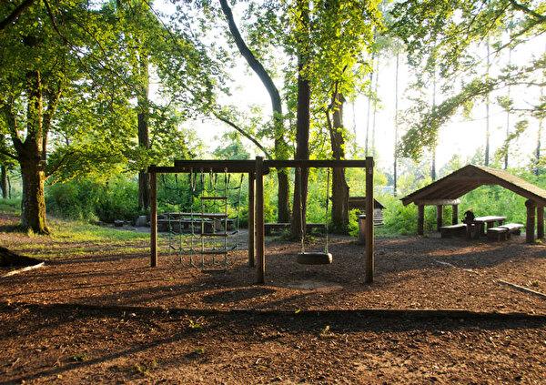 Das Bild zeigt den Spielplatz und die Grillstelle beim Föhrewäldli.