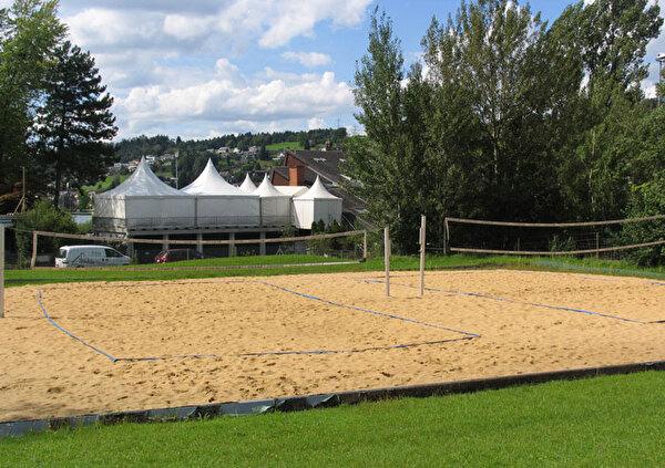 Auf dem Bild sind die Beachvolleyball-Felder vom Hallen- und Seebad Schmerikon ersichtlich.