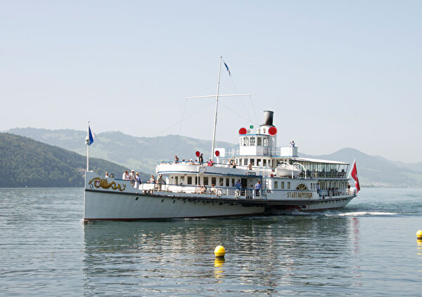 Auf dem Bild ist das Kursschiff auf dem Zürichsee zu sehen.