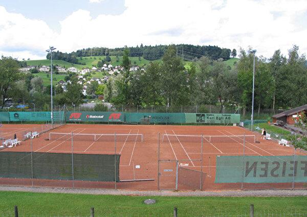 Auf dem Bild ist der Tennisplatz ersichtlich.