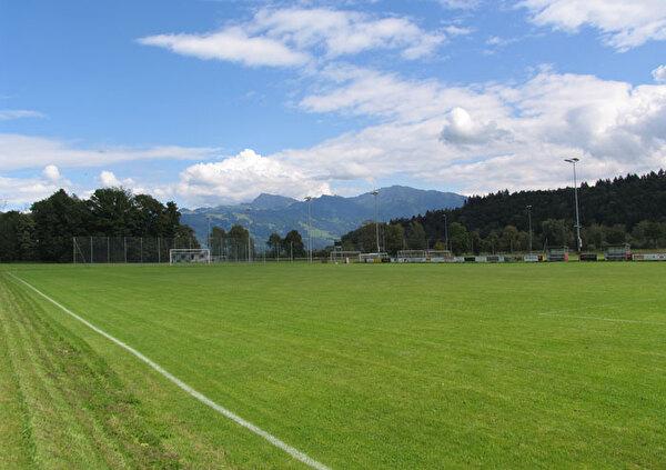 Das Bild zeigt den Fussballplatz Allmeind.
