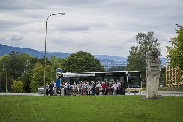Bus steht an Haltestelle