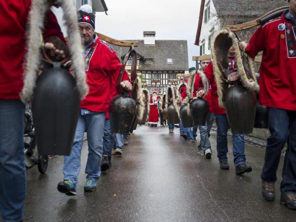 Der Einschellnerverein Gommiswald mit dem Weihnachtsmann