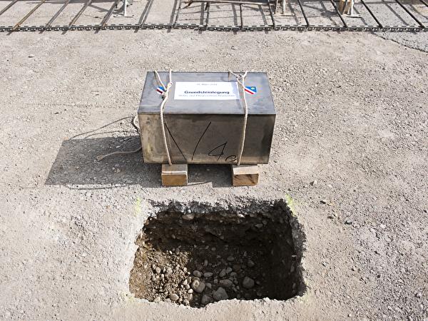 Grundsteinlegung vom 19. März 2014 mit Mitgliedern des Gemeinderates, der Projekt- und Bauleitung und Interessierten.