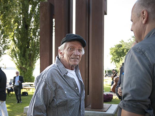 Künstler James Licini vor seinem Kunstwerk Stahlbau VKR400
