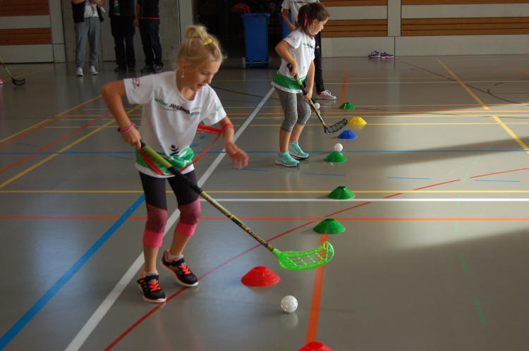 Kinder am Unihockeyspielen