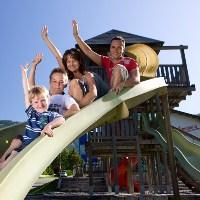 Familie auf der Rutschbahn im Freizeitparkt Atzmaennig