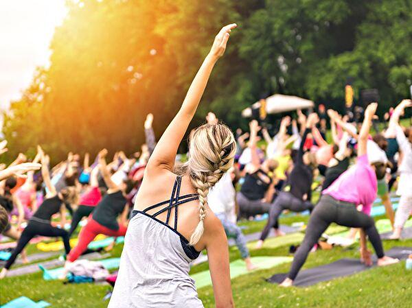 Sporttreibende Personen an der frischen Luft