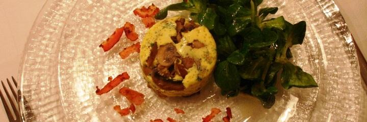 Lecker gefüllter Teller Fleisch und Salat