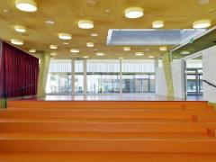 Bild einer Treppe innerhalb eines Schulhauses