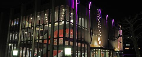 Gebäude Le Théâtre bei Nacht