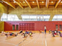 Bild einer Turnhalle mit Schülern