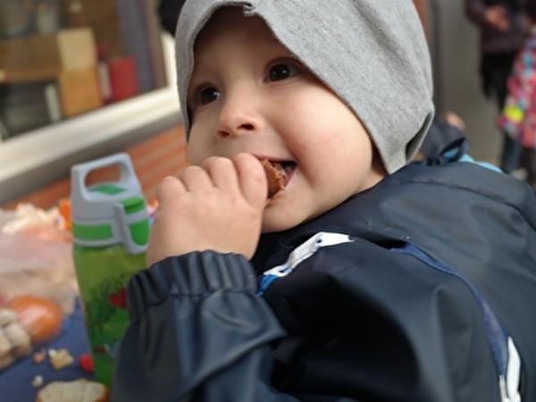 Kind isst Zvieri