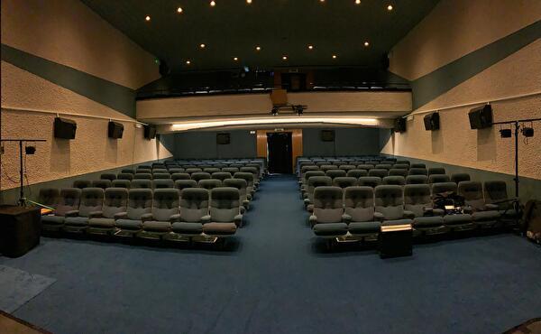 Salle de cinéma depuis l'entrée