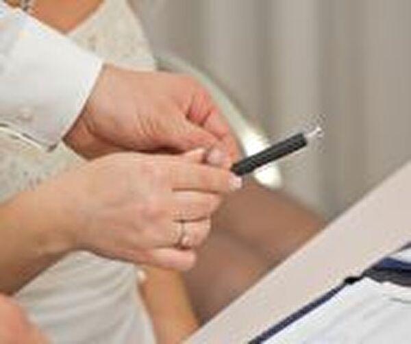 Braut unterzeichnet Ehevertrag