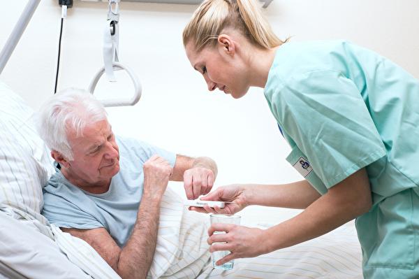 Grafik Ärztin mit altem Mann in Krankenbett