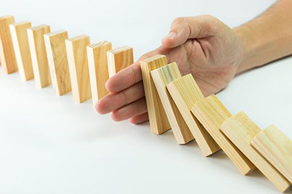 Grafik Stopp umfallender Dominosteine
