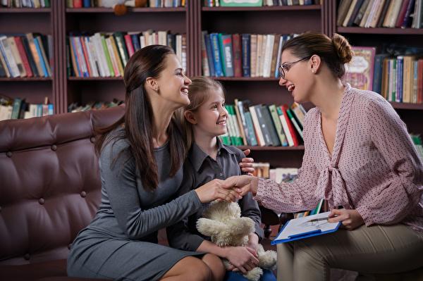 Grafik von Beraterin mit Mutter und Kind