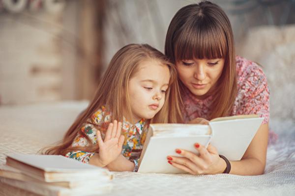 Grafik Mutter mit Kind lesend