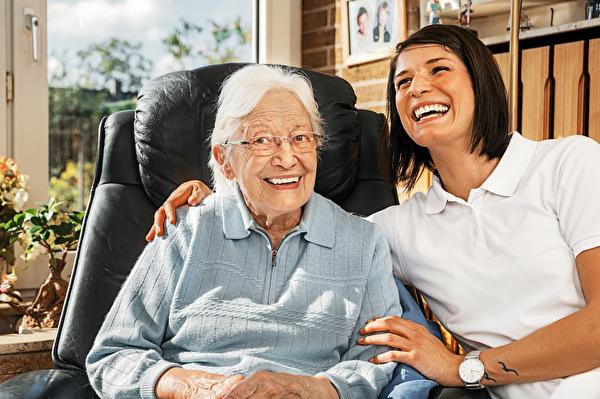 Grafik ältere Frau und Betreuungsperson