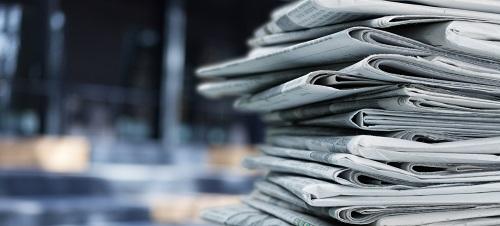 Zeitungen auf unscharfem Hintergrund