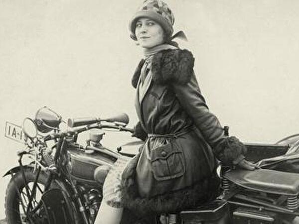 Frau der 20er Jahre auf Motorrad
