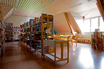 Die Schulbibliothek lädt zum Verweilen ein.