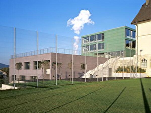 Das neue Schulhaus und die neue Gemeindeverwaltung neben dem Kindergarten