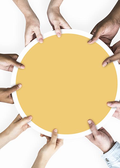 Hände aus aller Welt halten eine Sonne
