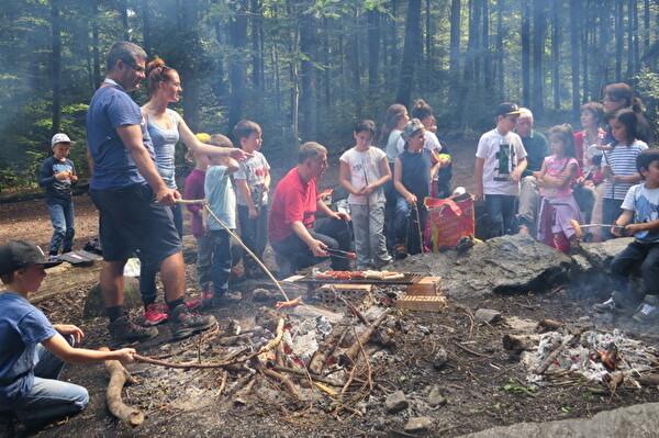 Kinder grillieren Würste im Wald