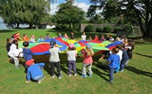 Kinder spielen mit Tuch