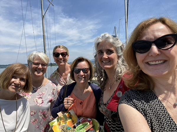 Frauen auf Boot