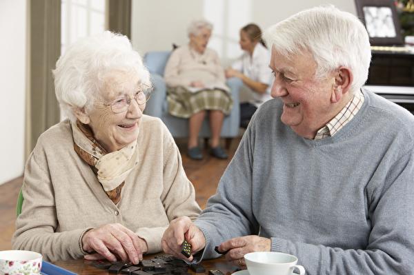 ältere Menschen spielen