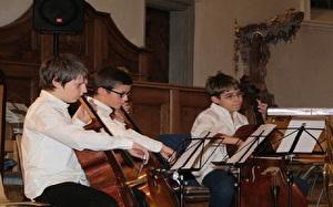Knaben spielen Cello