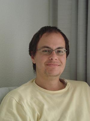 Mann mit Brille lächelt