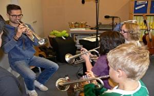 Musiklehrer mit Schülern