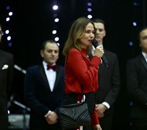 Frau am Mikrophon