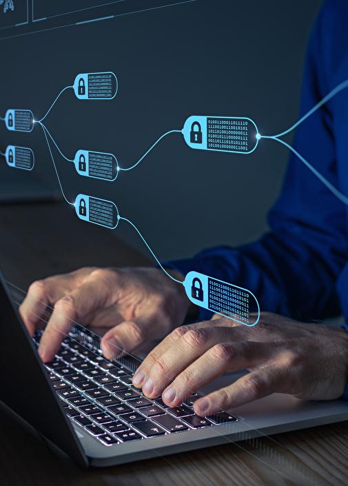 Hände auf Laptop mit digitalem Flussdiagramm