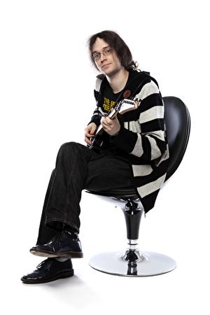 Mann sitzend mit Gitarre