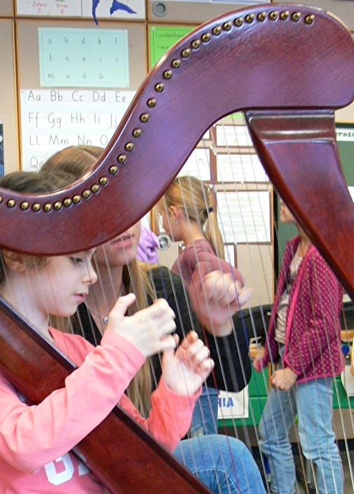 Mädchen mit Harfe