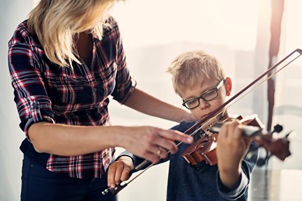 Lehrperson beim Geigenunerricht