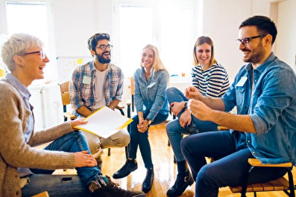 Elternmitwirkung, Eltern sitzen in der Runde und diskutieren miteinander