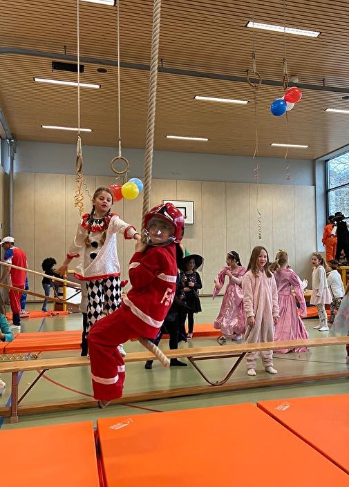 Turnhalle mit verkleideten Kindern