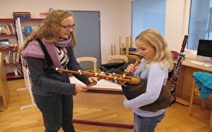 Kinder probieren Banjo