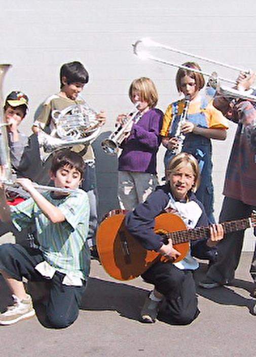 Mehrere Kinder mit verschiedenen Instrumenten
