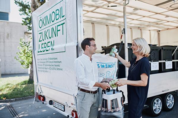 Der Chamer Gemeinderat Drin Alaj und die Zuger Stadträtin Eliane Birchmeier testen das neue Ökimobil, das ab Mitte August in Zug und ab September in Cham unterwegs sein wird.