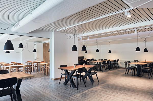 Das renovierte Restaurant mit der neuen Möblierung (Foto: Philippe Hubler)