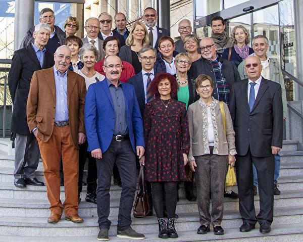 Vertreterinnen und Vertreter des Zuger Hilfswerks, des Stadtrats von Zug und der Stadt Viseu de Sus vor dem Stadthaus