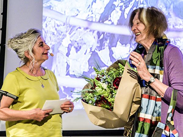 Maria Greco (links) im Gespräch mit der Ehrenpreisträgerin Helena Krähenbühl.